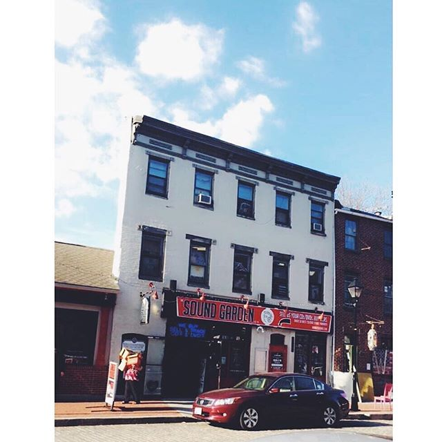 It's a beautiful day in the neighborhood. We're open till midnight tonight! #repost 📸 @morganvincik #fellspoint #shoplocal #shopsmall #thesoundgarden #thamesstreet #baltimore #saturday