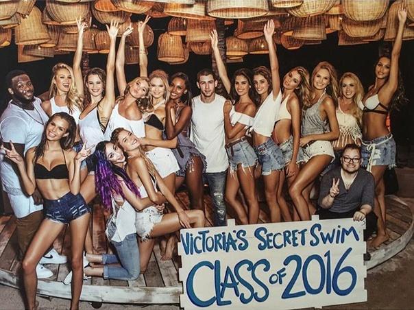 victorias_secret_swim_special_2016_147138017_542x.jpg
