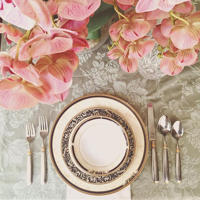 Eid Mubarak to all of you celebrating! #Eid #tablesettings #saudi #love @wedgwood •  #eventdesign #tablescape #blush #brunch #eid