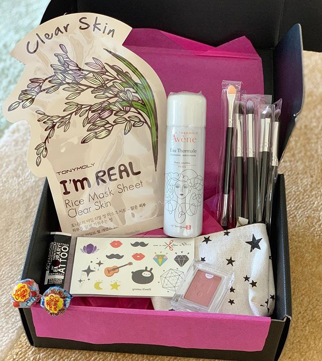 A fun limited edition Teen Box with sheet mask, Avene Thermal spray (my girls love these), eyeshadow, brush set, coin purse and temporary tattoos, plus chupa chups! We don't have many left so jump in if you know someone who'd love this box. ✌️ . . #teengiftbox #giftbox #avene #imrealmask #holikaholika #makeup #sheetmask #teen