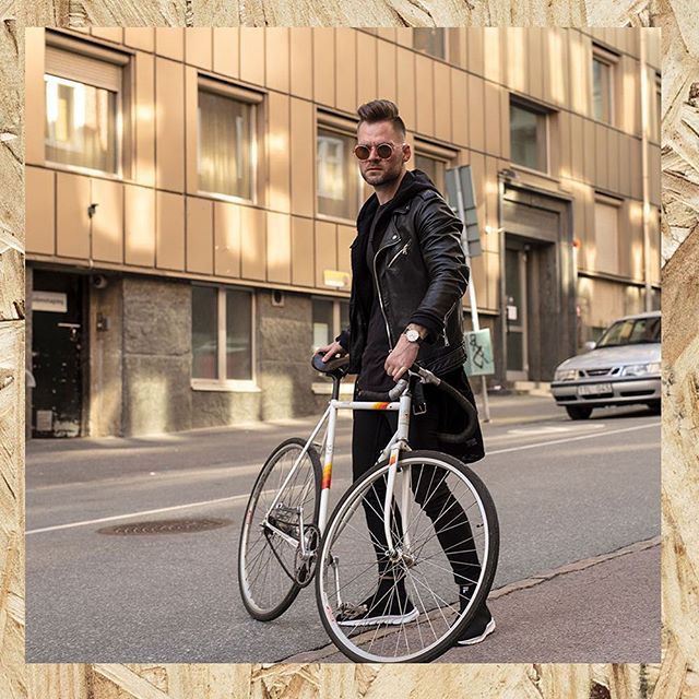 Spring is coming to the city, let's bike more! You can do it in style with our Black/Gold watch 😎  #axelandronne #creativeminds #streetstyle