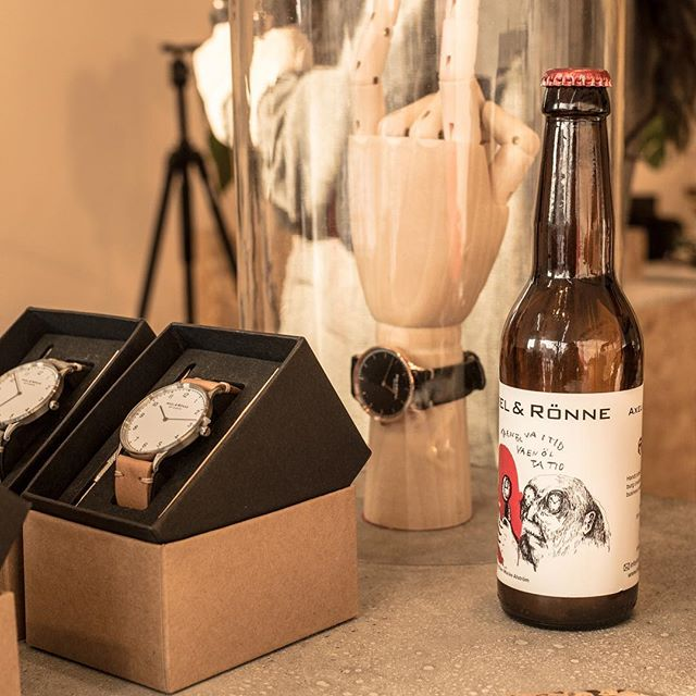 If you watched our #creativeminds videos, you know that we are curious about Time, Creativity and Gothenburg. This pic combines all of it! 👉 ⠀ Brushed steel / Natural tan watch, a piece of creativity and beer produced Gothenburg by @bmbsweden ⠀ #axelandronne #authenticity #collab