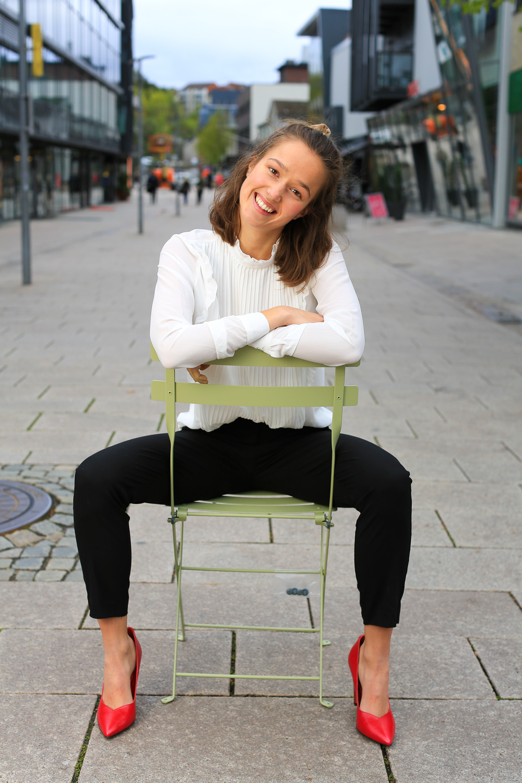 Lykke-elina-sitter-på-stol-1O2A6435.jpg