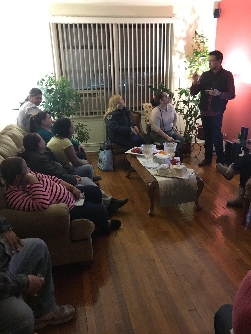 Educando y empoderando la comunidad - Randy Abreu sabe lo difícil que es para nosotros, los latinos del Bronx, el navegar el sistema de gobierno. Como Concejal, Randy Abreu trabajará día y noche para ayudar a nuestros inmigrantes a navegar el sistema legal. También, Randy trabajará para ayudar a los residentes del Bronx a completar los documentos y asegurar el financiamiento para iniciar sus propios negocios.