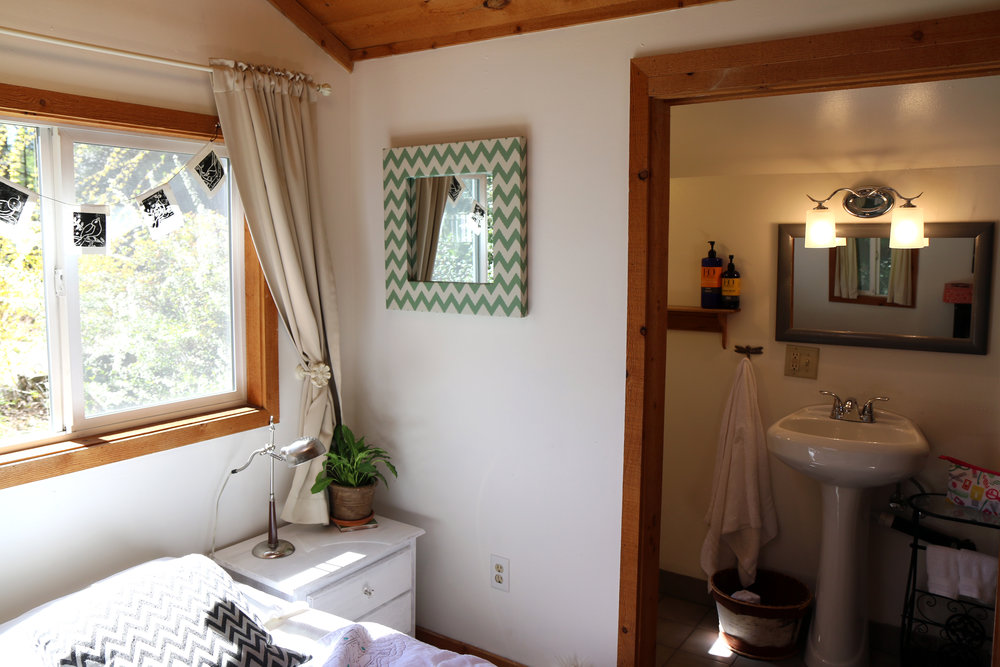The cutest little Airbnb in Nevada City, California. Rent the entire guesthouse. Great for 2 people. Private parking with amazing amenities.