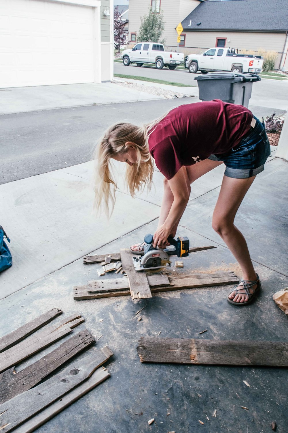 Blogger Bri Sul working on some cheap and easy DIY home decor!