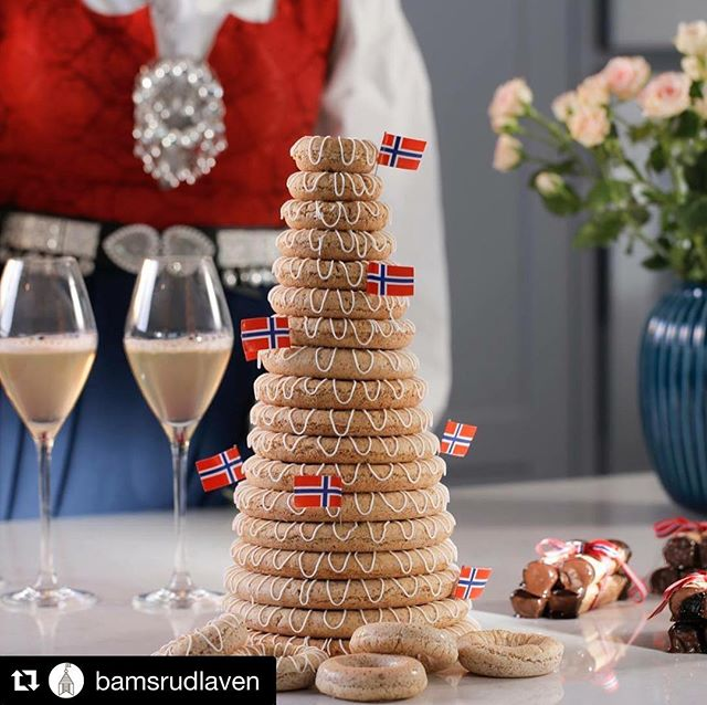 #Repost @bamsrudlaven ・・・ Vi har fantastisk gode kransekaker og mandelroser fra Grini Hjemmebakeri i gårdsbutikken. Perfekt følge til iskrem 🇳🇴🍦 #17mai #iskrem #gårdsis #kransekake #gårdsbutikk #østfold #traditional #cake #norwegiancake #visitøstfold #cakephotography #cakephoto #tradisjonsbakst #bamsrudlåven #lokalmat #localfood #localfoodnorway #grinihjemmebakeri #culinaryeurope #regionalmatkultur @grinihjemmebakeri