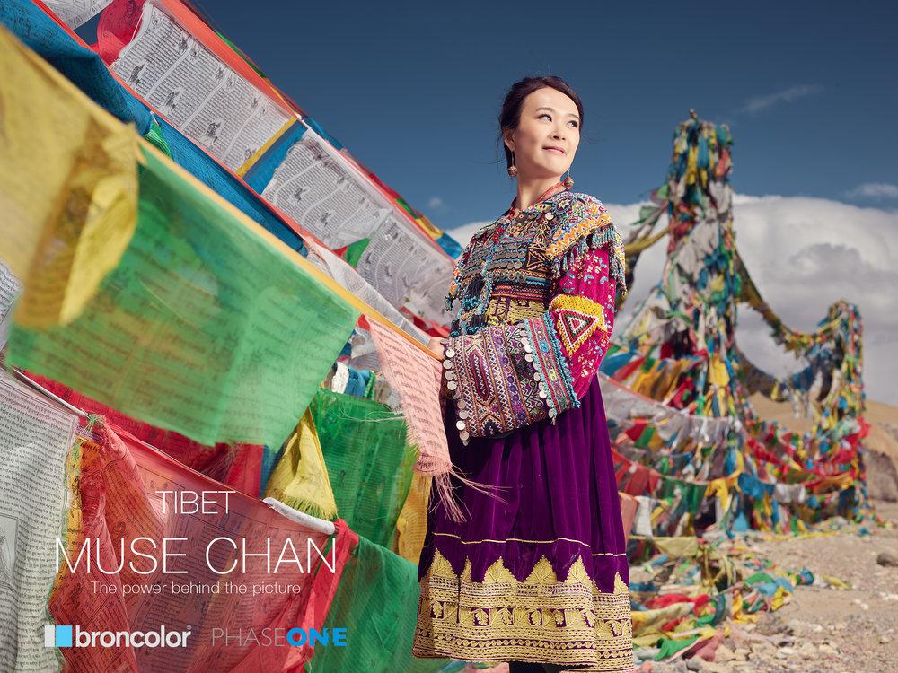 上圖:新娘子Ive 特別安排了穿上了一套民族服飾,配上色彩繽紛的藏族旗幟和藍天,很美啊!