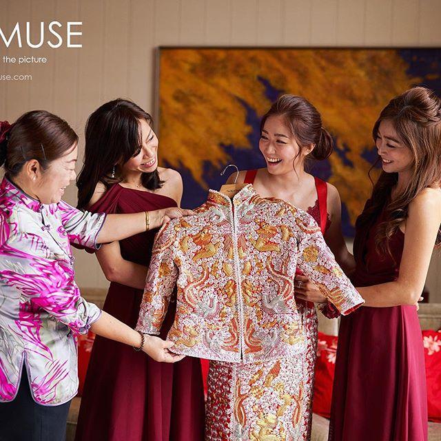 穿著傳統裙褂在中式婚禮中是不能缺少的一個環節 😊  #香港婚禮 #musemuse #musechan #婚禮攝影 #婚禮攝影師