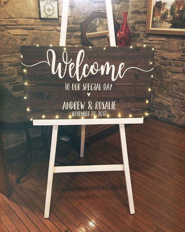 Welcome sign from the weekend 💏  I love me some mini string lights . . #welcomesign #grainandhue #weddingsign #woodsign #hamont #weddingdetails #weddingdecor