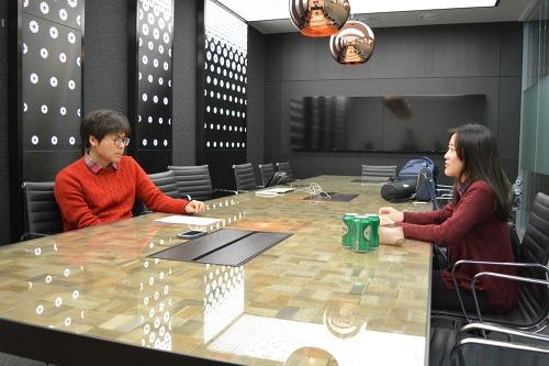 KE Press의 김연수 학생(좌)가 이채현 데이블 CEO(우)를 인터뷰하고 있다.