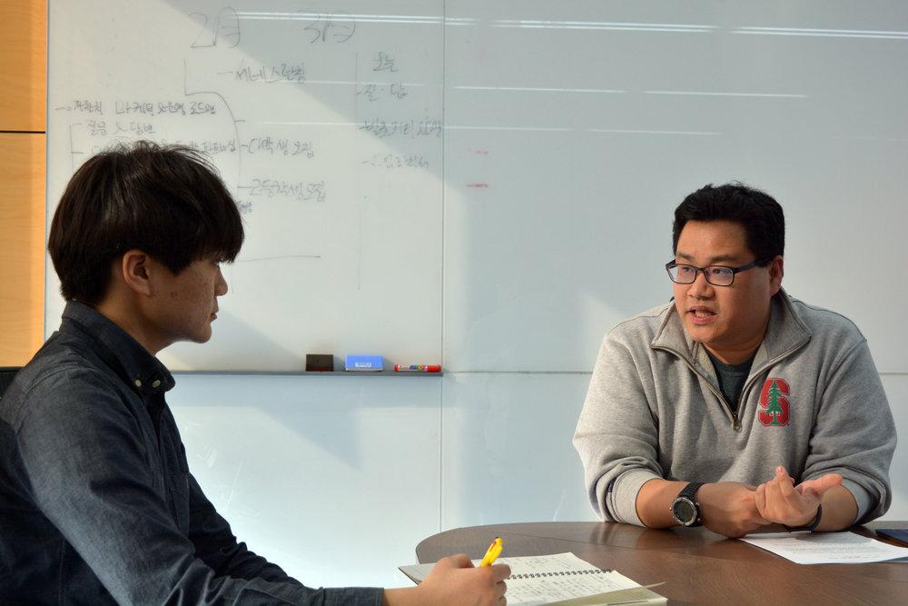 KE 1기 멤버주형준 학생(좌)이 프라이머 이정훈 팀장님(우)을 인터뷰하고 있다.