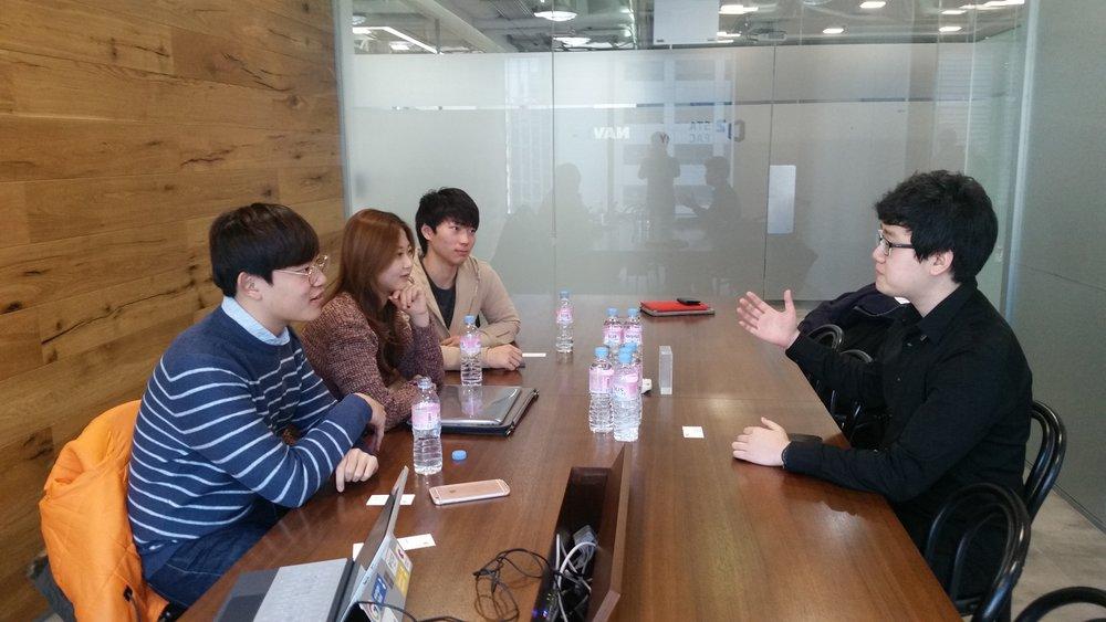 인터뷰 중인 폴라리언트의 전현기 이사님과 KE 기자들