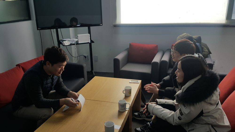 프렌트립의 임수열 대표님과 인터뷰를 진행하는 KE 기자들