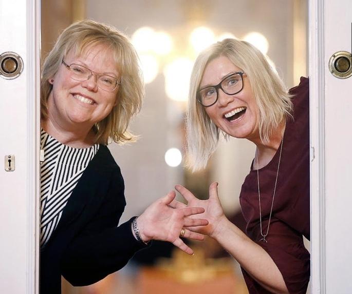 Åsa Kratz och Jannicke Serneberg tar emot Eskilstuna kommuns musikpris.