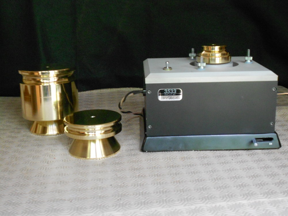 Melco turntable motor with additional record weights. The heavier one is 6Kg.