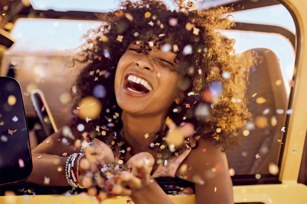 mulher-feliz-confete.jpg