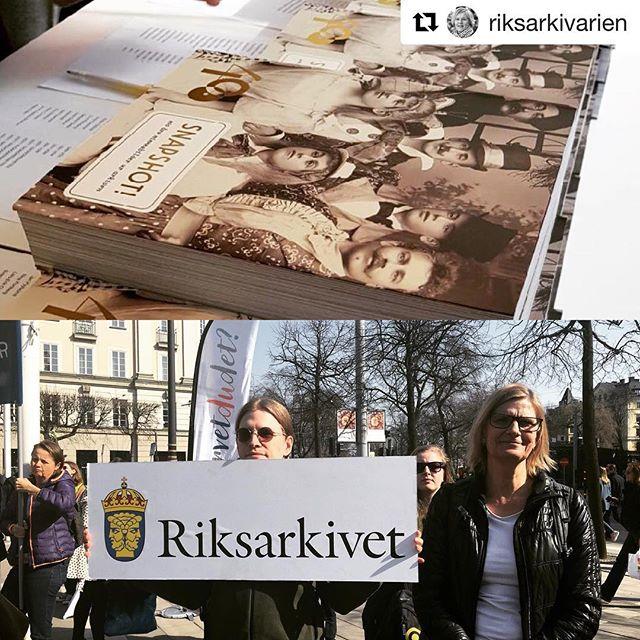 """#Repost @riksarkivarien ・・・ Vi är inne i en intensiv jubileumsvecka!  Riksarkivets jubileumsbok """"Snapshot!"""" har släppts. Jag är glad och stolt! Ungefär 50 arkivinstitutioner har bidragit och speglar flera sidor av det svenska arkivväsendet. I lördags 14 april deltog Riksarkivet på manifestationen #hurvetdudet. En kampanj som pågår till valet och som vill sätta fokus på vetenskapens roll i samhällsdebatten.  #riksarkivarien #riksarkivet400 #riksarkivet_sverige #hurvetdudet #arkivisverige"""