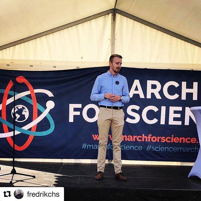 #Repost @fredrikchs ・・・ Idag talat om forskning och vetenskap på #marchforscience science. Lyfte behovet av mer fokus på politiska sakfrågor och granskning av förslagen samt fler reformer för värna och stärka den fria forskningen. #hurvetdudet