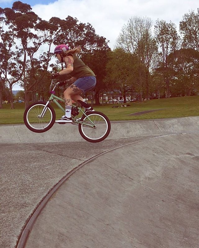 Taking flight, fuck off fear!! Practice.Practice.Practice #justkeepriding #pullup #bmx #bmxgirl #bikelike #bikelove #flybikes #wethepeoplebmx #eclate #colonybmx #vansbmx #mondayroots #framebag #bmxbag #outsidelife #justride #ridebmx