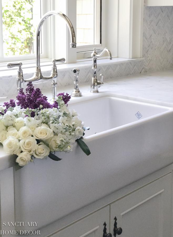 Farmhouse-sink-white-country-kitchen.jpg