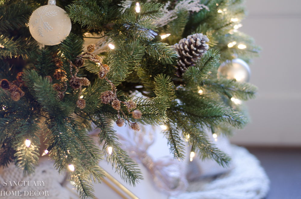 Christmas Decorating with Neutral Colors-24.jpg