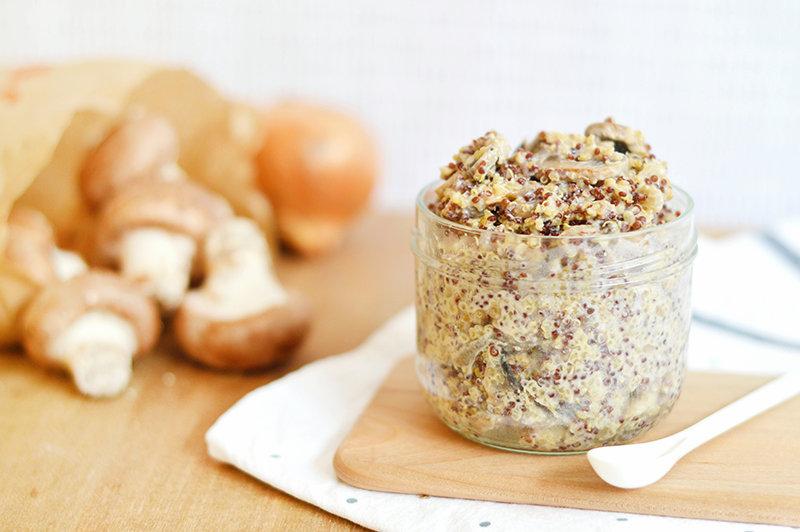 Pour 2 personnes :  80g de quinoa blanc  80 g de quinoa rouge  1 cube de bouillon de légumes bio (sans huile de palme)  1 oignon  200g de champignons de paris  20cl de crème de soja  sel, poivre  1 cc d'huile d'olive      Emincer l'oignon.  Laver les champignons et les émincer.  Dans une sauteuse, faire revenir l'oignon et les champignons dans 1 cc d'huile d'olive.  En attendant, rincer le quinoa puis l'ajouter à la sauteuse.  Saler, poivrer, ajouter le bouillon et couvrir d'eau.  Laisser mijoter 40 mn environ en pensant à remuer de temps en temps. Dès que l'eau est absorbée, rajouter de l'eau pour poursuivre la cuisson. Répéter l'opération jusqu'à ce que le quinoa soit tendre mais croquant.  Lorsque le quinoa est cuit et que l'eau a été complètement absorbée, ajouter la crème de soja. C'est prêt !    Merci  www.Sweetandsour.fr  pour cette jolie recette !