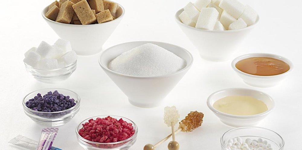 Le sucre est un vecteur d'inflammation. Un excès de sucre n'est jamais bon pour la santé, et l'endométriose n'échappe pas à la règle. De nombreuses femmes rapportent une augmentation de leurs douleurs avec la consommation de produits sucrés (gâteaux,sodas...)  Il est donc préférable d'éviter les aliments et boissons sucrés et de limiter très fortement le sucre d'ajout.  En consequence, il faut s'orienter vers les fruits en cas d'envie de sucre. Les pâtisseries , gâteaux et divers biscuits n'ont aucun intérêt nutritionnel.On peut alors remplacer ces derniers par des oléagineux (amandes, noix, noisettes) pour les collations.  EN PRATIQUE :  Délaissez le sucre d'ajout, source de calories vides !  Déshabituez votre cerveau à cette drogue, car c'en est une !  Appréciez le vrai goût des aliments.  Utilisez les fruits et les fruits secs dans vos préparations si besoin . ( Exemple de recette : Pâte àtartiner sans sucre)  Si vraiment vous ne pouvez pas vous passer du goût sucrédans certains aliments ou boissons, consommez modérément de la stevia ou du xylitol.  Evitez les autres édulcorants, tous douteux.  Evitez le sirop d'agave, trop riche en fructose.   Exemple d'une recette sans sucre ajouté : Pâte a tartiner