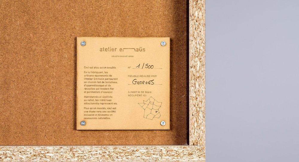 atelier emmaus henri gravé vert pin plaque artisan.jpg