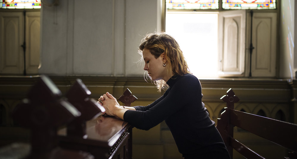 shutterstock_566509507-woman_church_pew_praying-1500x804.jpg