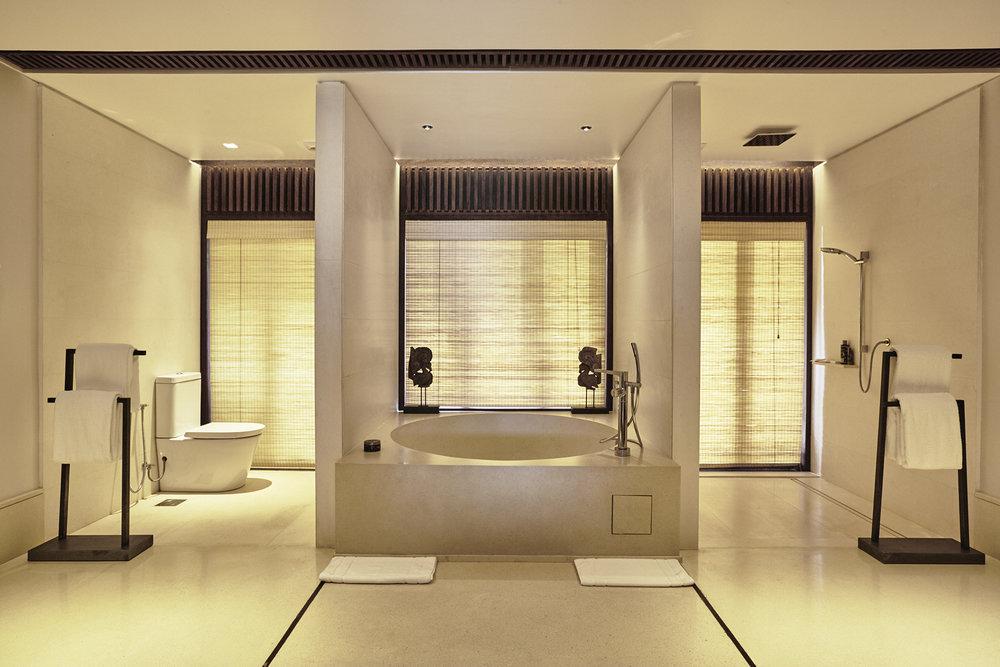 备有浴缸、花洒和户外花洒的主卧浴室