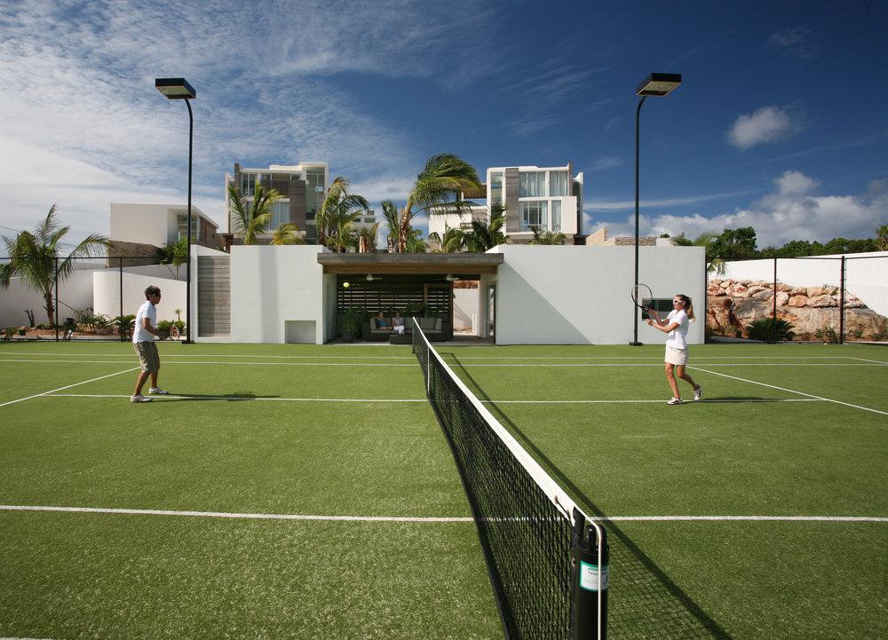 ملعب التنس وأطواق كرة السلة