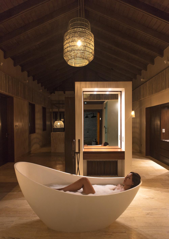 主卧套房浴室 – 浴缸