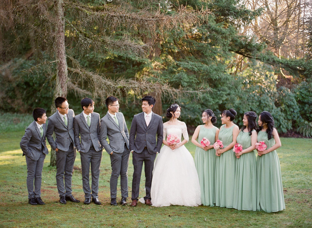 Entire wedding party posing together at QE park