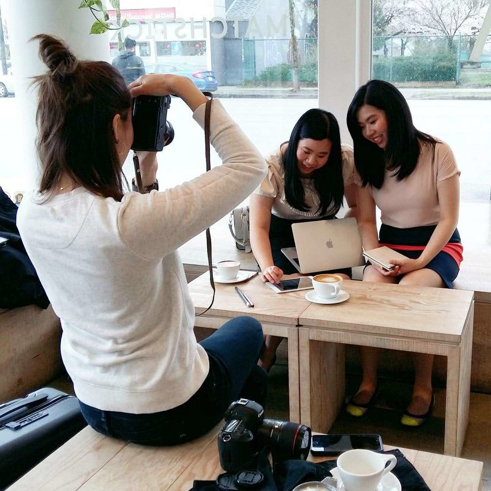 Behind the scene of a photoshoot of two girls at a cafe