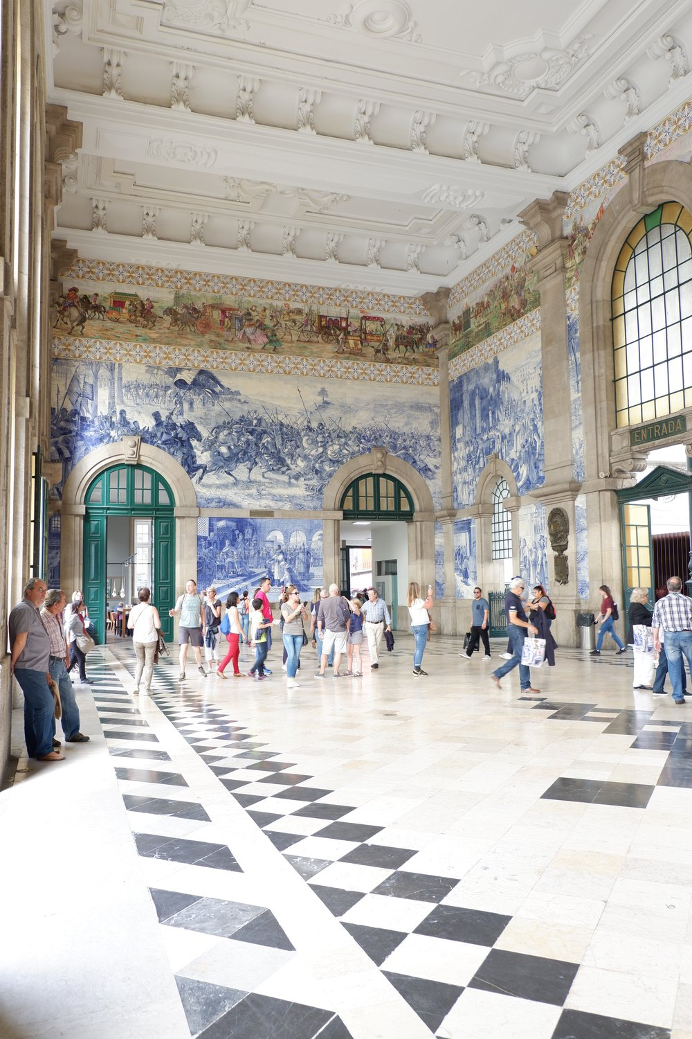 Side-walls-of-Porto-metro-station-with-tiles