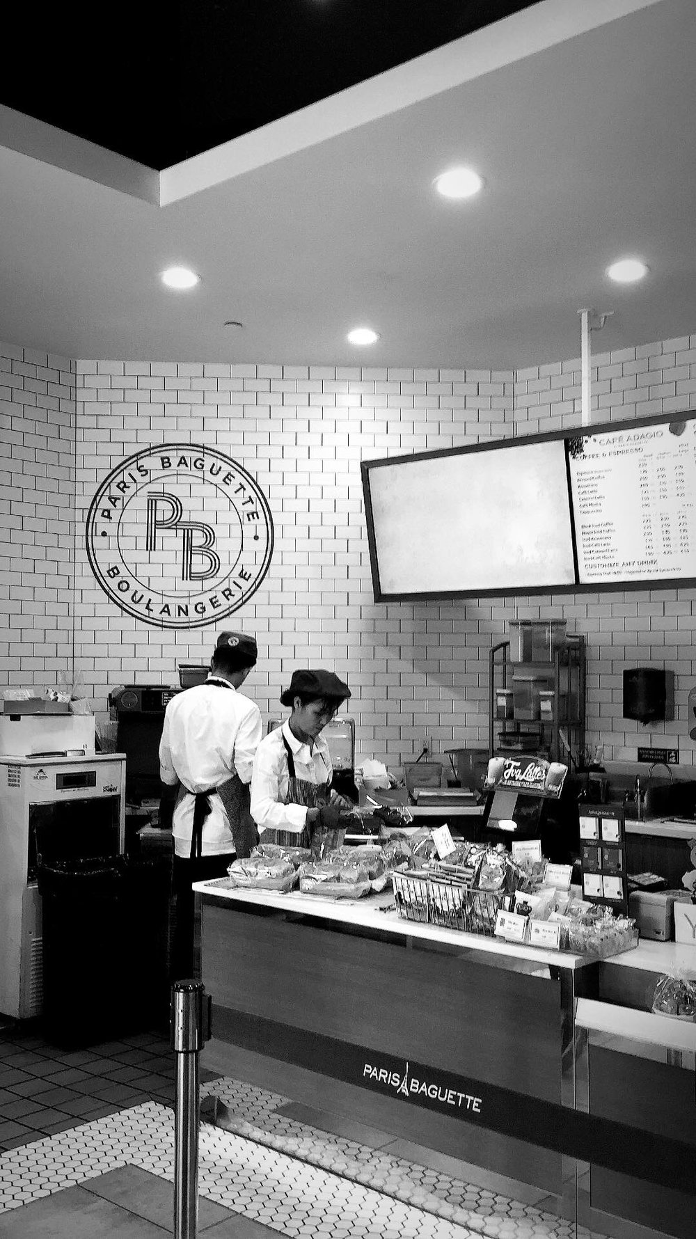 paris-baguette-LA-black-and-white-serving-counter