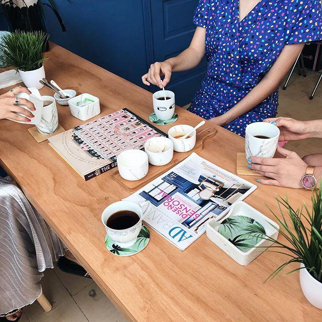 Dâ coffee time ✨ . Fuimos a conocer el nuevo estudio de @dawearhousebridal 💕 que es simplemente un sueño! Y de pasada aprovechamos para tomar el cafecito muy deli... vayan a mis stories para ver más detalles.