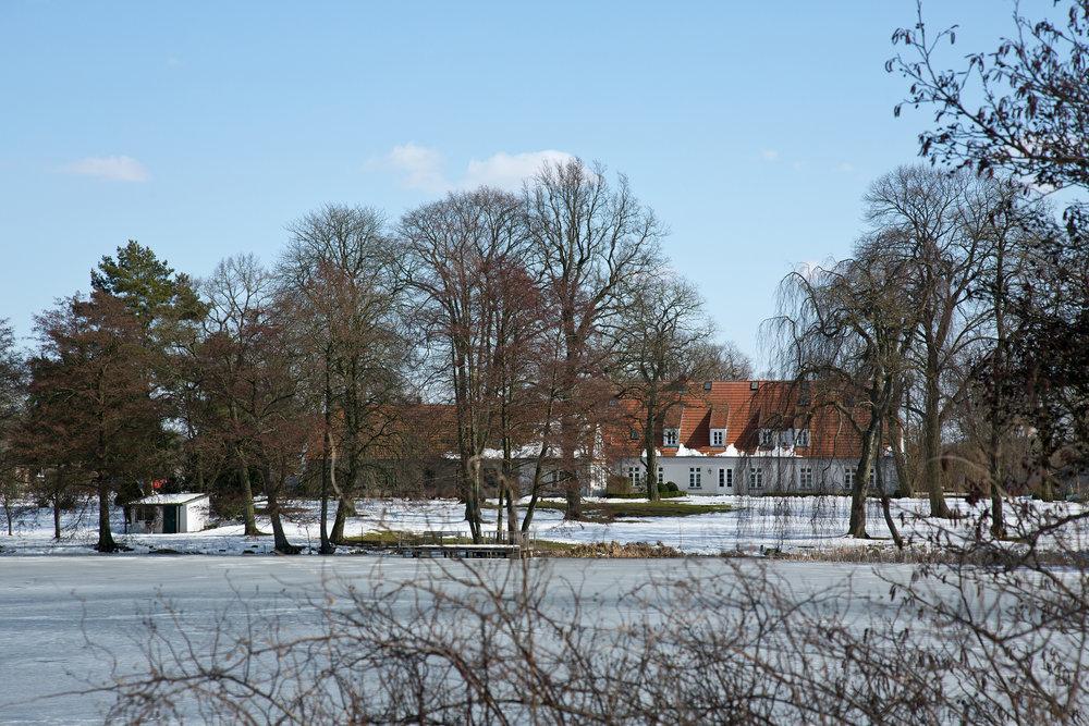 Blick über den See zum Gutshaus