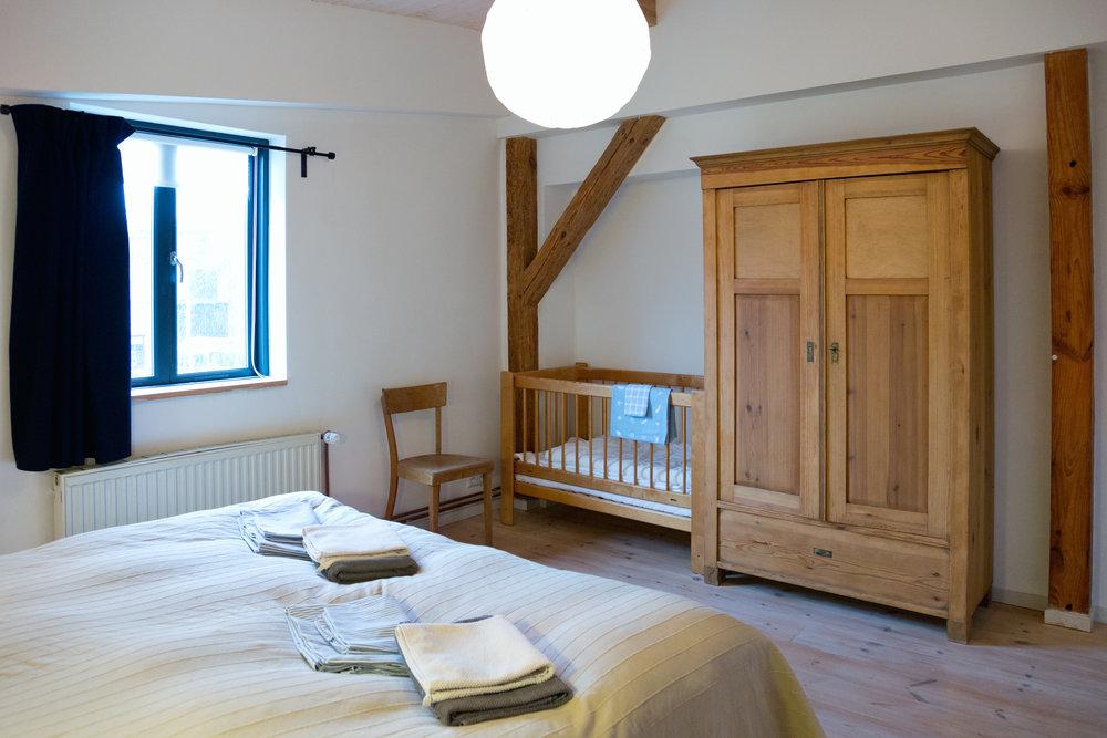 Schlafzimmer mit Kindergitterbett