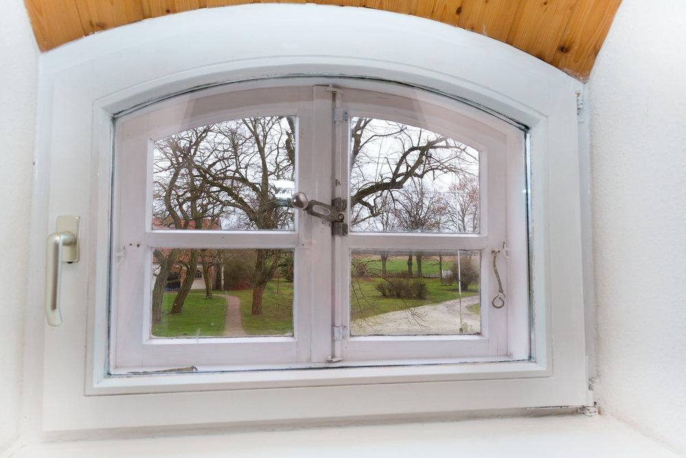 Blick aus dem Gaubenfenster des Doppelbett-Schlafzimmers