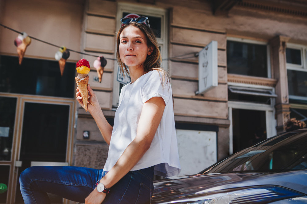 ©TomWoollard_Toyota_C-HR_lifestyle-beautiful-young-woman-eating-ice-cream-eis-in-sunny-hamburg.jpg