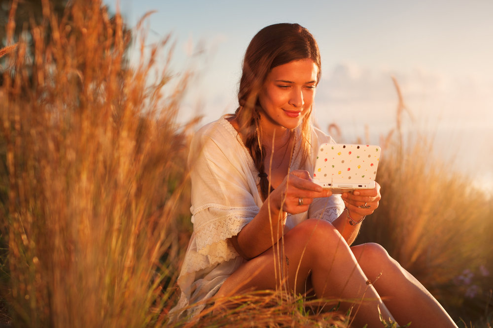 ©TomWoollard_Nintendo_3DS_AnimalCrossing-gaming-advertising-lifestyle-young-beautiful-woman-plays-game-sunny-evening.jpg