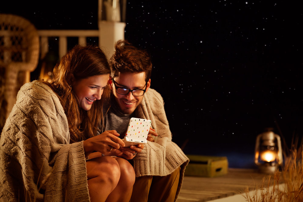 ©TomWoollard_Nintendo_3DS_AnimalCrossing-gaming-lifestyle-happy-couple-sitting-outside-starry-beach-night-playing.jpg