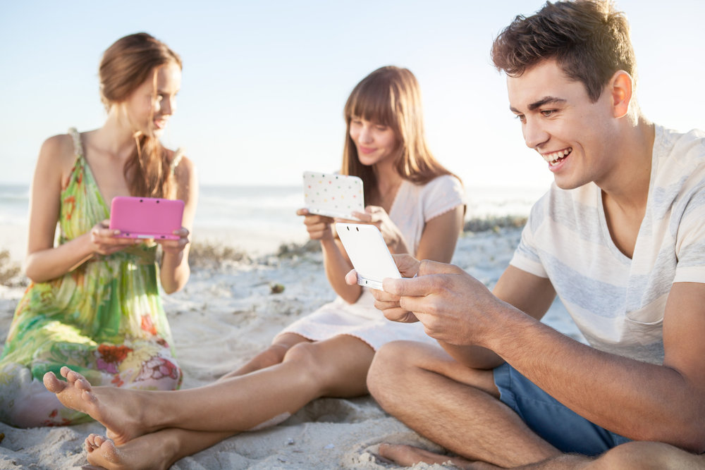 ©TomWoollard_Nintendo_3DS_AnimalCrossing-gaming-advertising-lifestyle-happy-young-adults-playing-on-beach.jpg