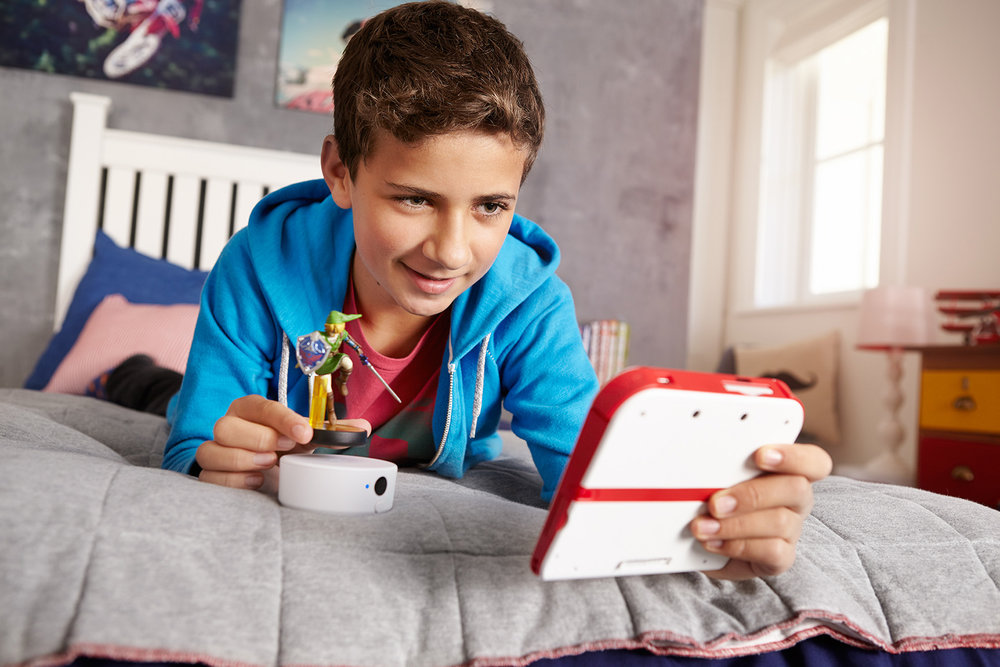 ©TomWoollard_Nintendo_2DS_Amiibo-advertising-lifestyle-boy-gaming-playing-at-home-with-Link-figurine.jpg