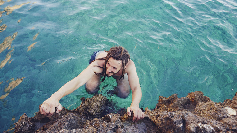 ©TomWoollard_editorial-lifestyle-Climbing_man-dreadlocks-climber-deep-water-soloing-croatia-hvar-swimsuit.JPG