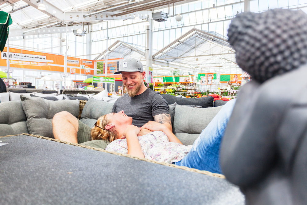 ©TomWoollard_OBI_Berlin-store-editorial-lifestyle-young-happy-couple-shopping-for-garden-furniture.jpg