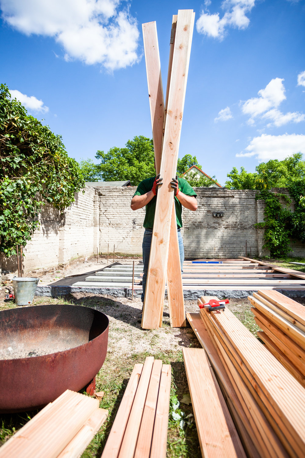 ©TomWoollard_OBI_Berlin-editorial-lifestyle-garden-construction-worker-holding-wooden-timber-planks.jpg