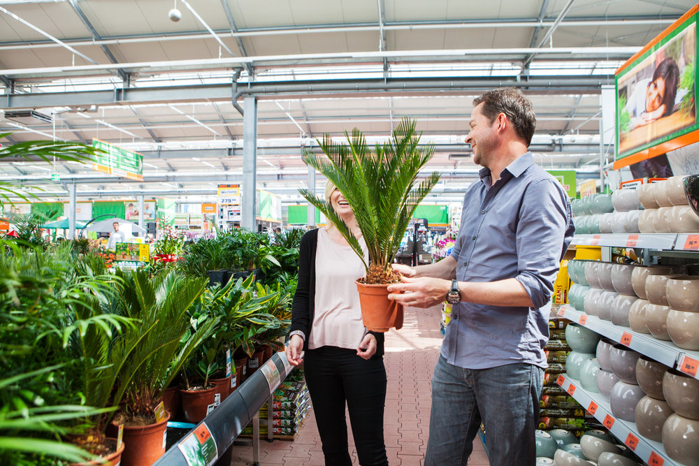 ©TomWoollard_OBI_Cologne-store-editorial-lifestyle-happy-couple-choosing-garden-plants-laughing.jpg